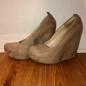 Suede tan/creme wedges